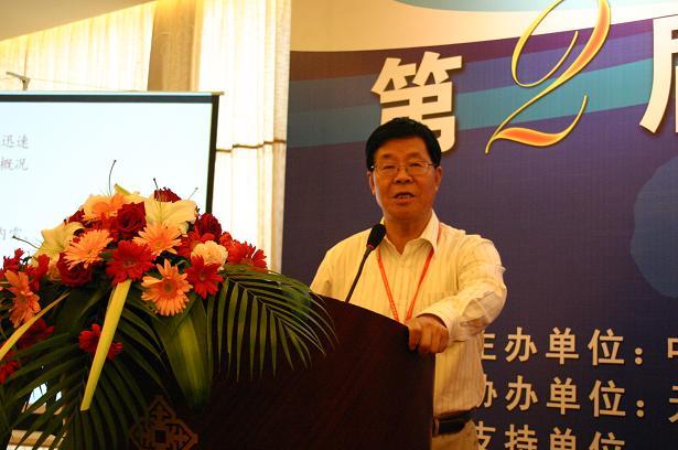 无锡讯:2009年5月22日-2009年5月24日,第二届中国钢管市场分析会在无锡太湖之滨顺利召开。本次会议由中国钢结构协会钢管分会主办,我的钢铁钢管网承办,无锡法斯特钢管集团协办,并得到了上海钢管行业协会、河北省钢管协会等单位的大力支持。 22日上午,在无锡金陵山水酒店会议室,第二届中国钢管市场分析会正式开幕,首先无锡法斯特钢管集团董事长龚育才先生、我的钢铁网总裁朱军红先生为大会致辞。上午的会议,在我的钢铁网副总裁陈卫斌先生的主持下,中国工程院院士李鹤林先生、中国钢结构协会钢管分会秘书长孔令铭先生、包钢